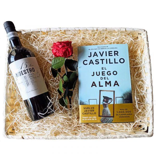 Cesta con vino, libro y rosa.